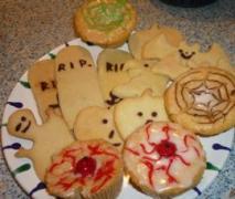 gruseliges halloween gebäck muffins lollies