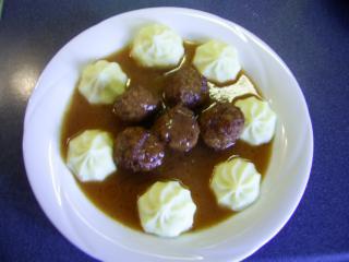 hackfleischbällchen in soße mit kartoffeltupfen