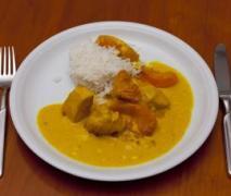 hähnchenfilet in cremiger currysauce mit pfirsiche