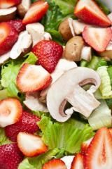 hopfensprossen erdbeersalat mit basilikum und rosa beeren