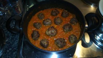 hot n spicy fritierte hackbällchen in kanarischer paprika tomatensauce auf reis pilaw