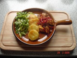 hühnchengeschnetzeltes mit kartoffeltaler und salat