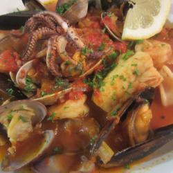 italienische fischsuppe mit meeresfrüchten