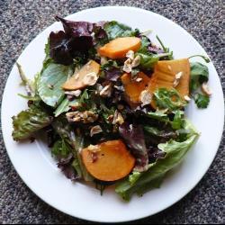 kaki salat mit haselnüssen und mesclun