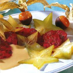 kaktusfeigen und sternfrüchte mit karamellsauce