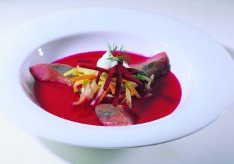 kalter borschtsch mit schmandhaube