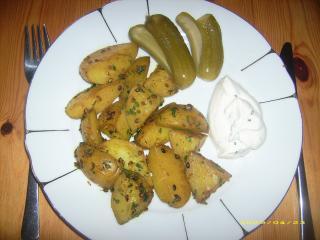 korianderkartoffeln mit gewürzgurken und dip