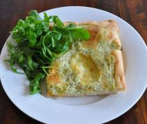 kräuter pizza mit ruccola vegetarisch
