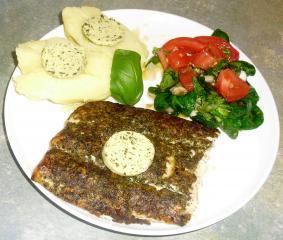 lachsfilet mit kräuterkruste und salat