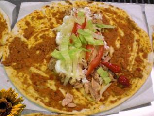 lahmacun mit thunfisch sour cream und chili