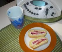 leichte biskuitrolle mit mandel erdbeer füllung