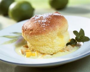 limetten soufflé mit vanilleeis und karamellsauce