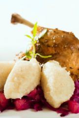 majoran gans gefüllt mit maroni apfel pflaumen mit zimt rotkraut und kartoffelgrießknödel