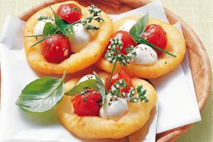 mini pizzen mit mozzarella aus kartoffelteig