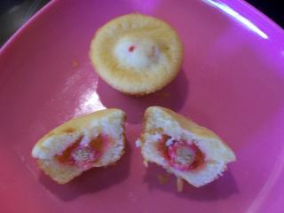 mini vanille muffins mit erdbeer himbeer joghurt crispies gefüllt