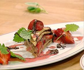 mit nuss nougat crème gefüllte eierkuchentorte an frischen erdbeeren