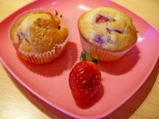 muffins mit vanille weißer schokolade und erdbeerstückchen