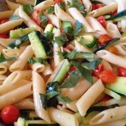 nudelpfanne mit zucchini und tomaten
