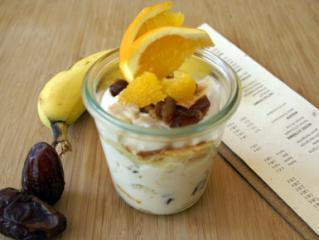 obstkuchen im glas mit fruchtiger sojasahne
