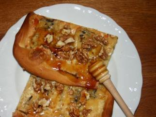 pizza gorgonzola und walnüsse