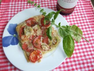pizza mit frischen tomaten und schinken