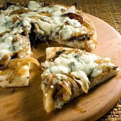 pizza mit gorgonzola und karamelisierten zwiebeln