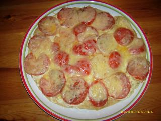pizza mit kräuterfrischkäse und tomaten