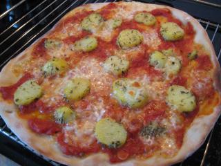 pizza mit kräuterkartoffeln