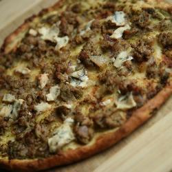 pizza mit putenhack und pesto