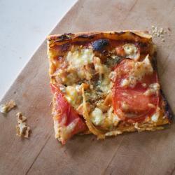 pizza mit räucherlachs und blauschimmelkäse