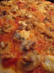 pizza mit ricotta pilzen und walnüssen