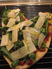 pizza mit rucola pilzen und parmesan