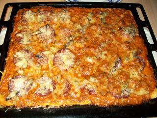 pizza mit salami champignons und käse
