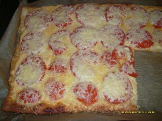 pizza mit schafskäsecreme und tomaten