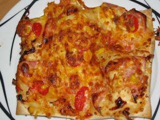 pizzaschnitten mit schinken mais und tomate