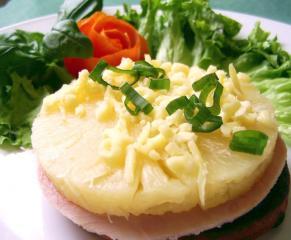pizzette amp quot malaga amp quot mit ananas schinken und scharfer sauce