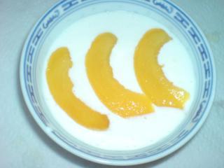 quarkspeise mit pfirsichspalten