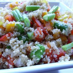 quinoa salat mit rohem gemüse