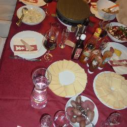 raclette mit käse und fleisch