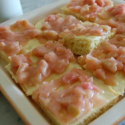 rhabarberkuchen auf blech mit pudding