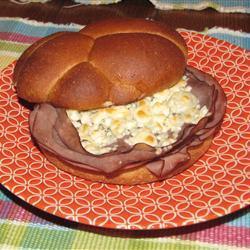 roastbeefbrötchen mit blauschimmelkäse und nüssen