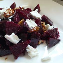 rote bete salat mit ziegenkäse und walnüssen