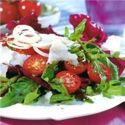 rucola radicchio salat mit cocktailtomaten
