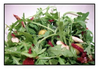rucola salat mit balsamico mandel vinaigrette