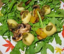 rucola salat mit champignons und mini knödel