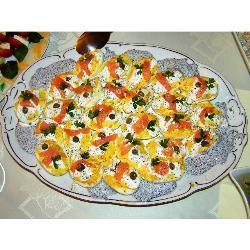 russische eier mit räucherlachs und kaviar