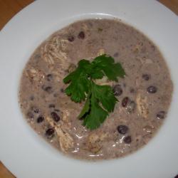 sahnige suppe mit schwarzen bohnen und hühnchen