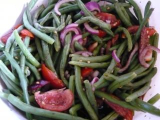 salat aus grünen bohnen und tomaten
