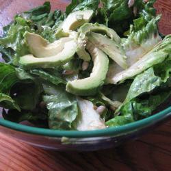 salat mit avocados und sonnenblumenkernen