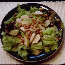 salat mit birne und gerösteten walnüssen